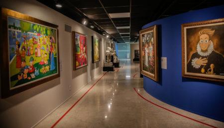 corredor do centro cultural fiesp com obras de mauricio de sousa