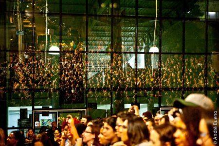 pessoas assistindo a show no palco externo do centro cultural grajaú