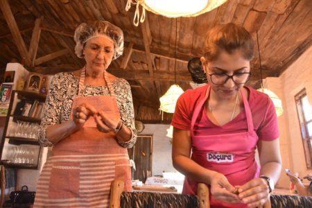 duas mulheres participam de oficina manual