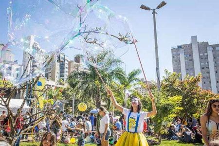 menina fazendo bolha de sabão gigante no festival de jazz bb seguros em belo horizonte
