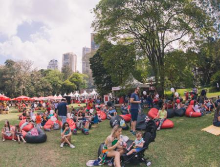 pessoas sentadas na grama do parque burle marx no festival fam 2018