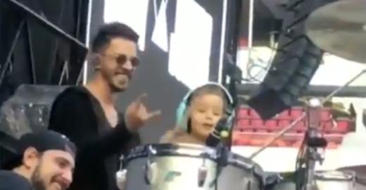 Filho de Junior rouba cena e toca bateria no palco