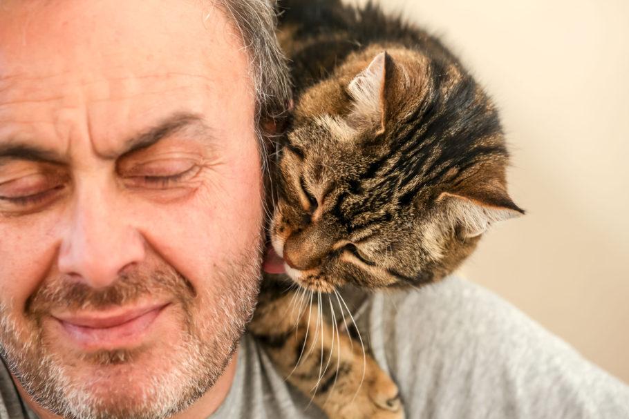 homem com gato no ombro