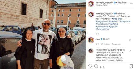 Chefe Henrique Fogaça ao lado de duas freiras usando uma camiseta com duas religiosas se beijando