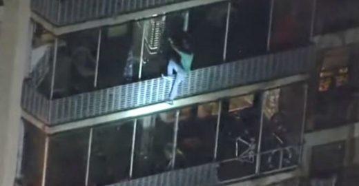 Homem escala prédio para 'salvar' a mãe de incêndio nos EUA