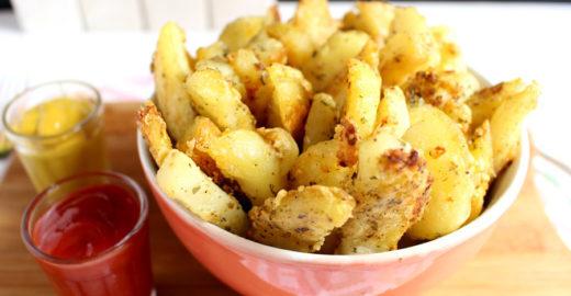 Batata assada com alho e parmesão: um dos petiscos mais gostosos
