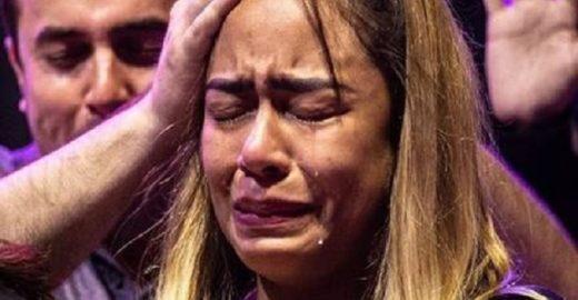 Família de Neymar participa de culto e irmã do jogador cai no choro