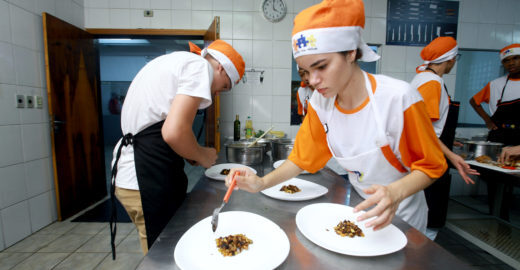 Projeto forma novos chefs entre jovens da periferia de São Paulo