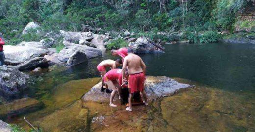 Jovens morrem afogados ao cair em cachoeira tentando tirar selfie