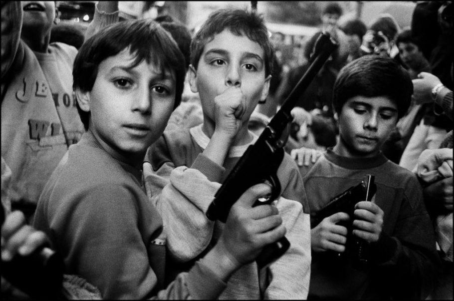 Crianças brincam com armas que receberam de presente dos pais em 2 de novembro, Dia de Finados, Palermo, 1986