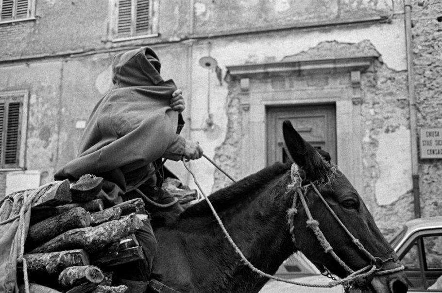 Homem se cobre com uma capa para não ser fotografado, Geraci Siculo, 1989