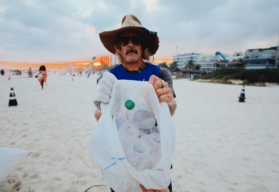 O compositor americano Donavon Frankenreiter em ação de limpeza da Barra da Tijuca