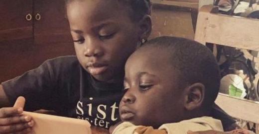 Filhos de Gagliasso e Ewbank, Titi abraça Bless em foto fofa