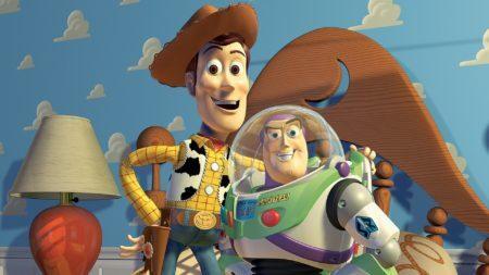 Buzz Lightyear e Woody se abraçando em cena de Toy Story 1