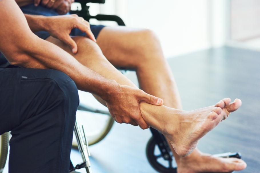 homem na cadeira de rodas fazendo fisioterapia