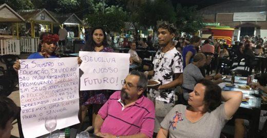De férias, ministro da Educação bate-boca com manifestantes no Pará