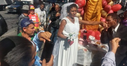 Ao som de 'É o Amor', moradores de rua se casam em avenida de BH
