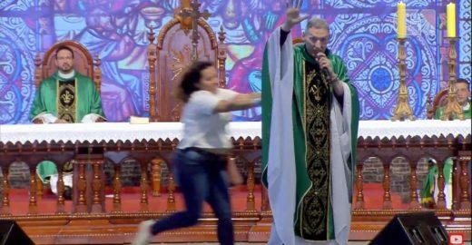 VÍDEO: Mulher empurra Padre Marcelo Rossi durante missa