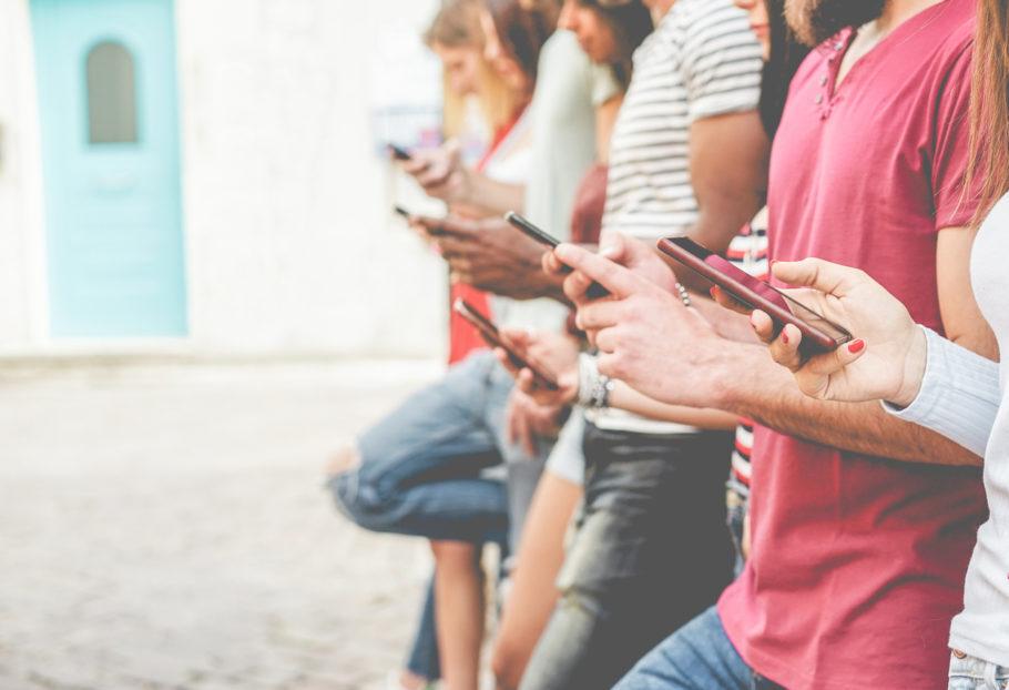 várias pessoas com celulares nas mãos
