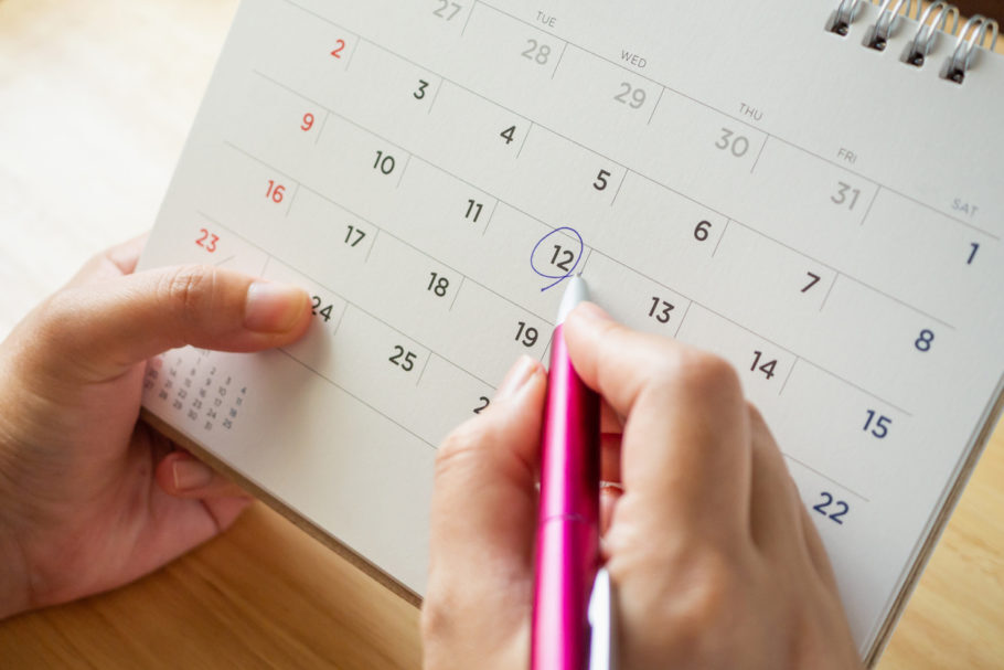 mulher circulando uma data na calendário
