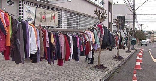 Escola cria varal solidário para quem não pode comprar roupas de frio