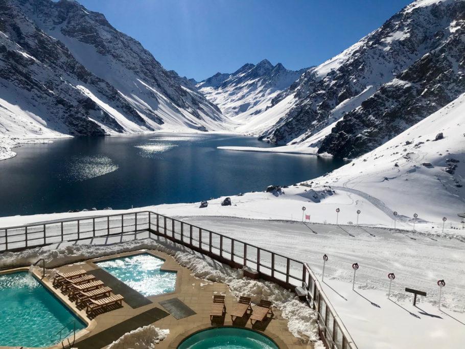 Piscinas e jacuzzi aquecidas são algumas das vedetes do resort de esqui