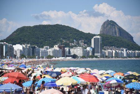 Praia de Copacabana convida para banhos de mar e sol, esportes e mais!