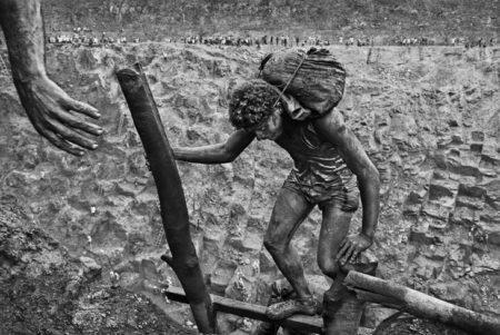 foto de homem na mina de ouro serra pelada tirada por sebastião salgado