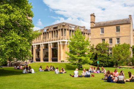 Alunos na Universidade de Oxford, na Inglaterra