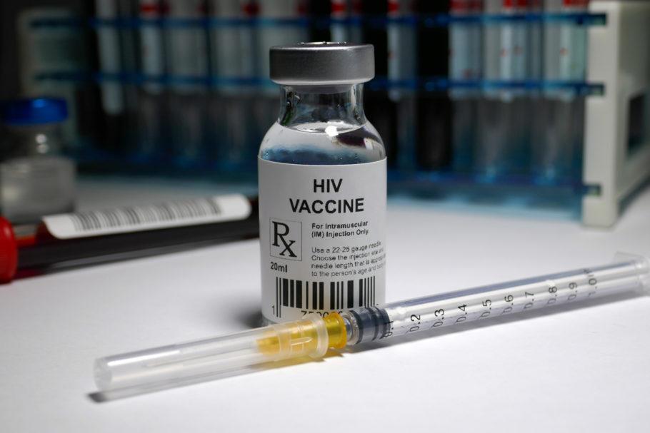 vacina com o rótulo indicando que é do HIV