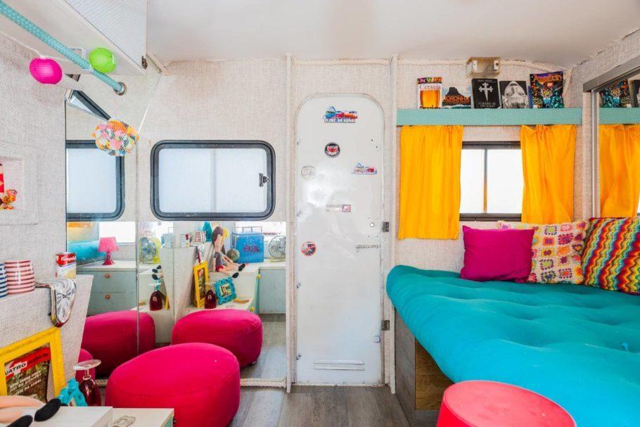 Já pensou em reviver a cultura hippie e passar suas férias em uma kombi dos anos 60 super maneira e colorida? Ta aí sua oportunidade!