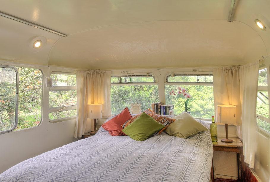 Esse ônibus foi totalmente transformado em uma casa de dois andares super espaçosa e confortável. O melhor é que ele nunca estará lotado e você só ficará de pé se quiser!
