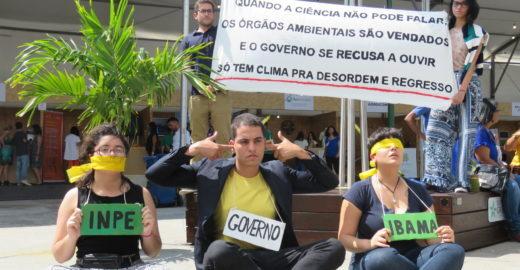 Jovens protestam contra desmonte da política ambiental de Bolsonaro