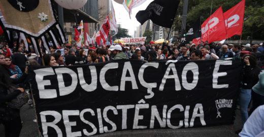 Pela 3ª vez, estudantes saem às ruas contra cortes na Educação