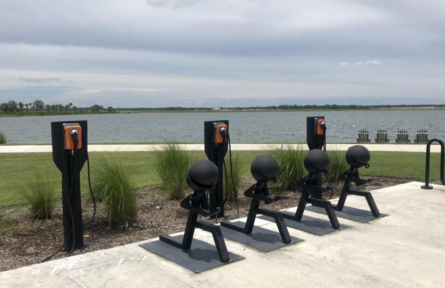 Pontos para recarregar carros elétricos em Babcock Ranch, na Flórida