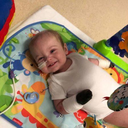 bebê com a mão preta no hospital