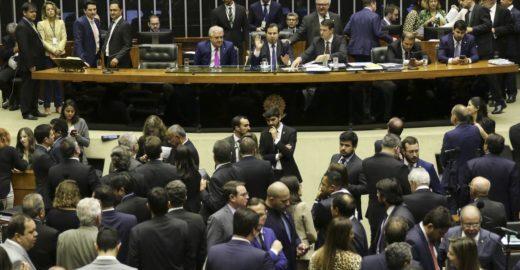 Câmara aprova texto-base de MP que libera trabalho aos domingos