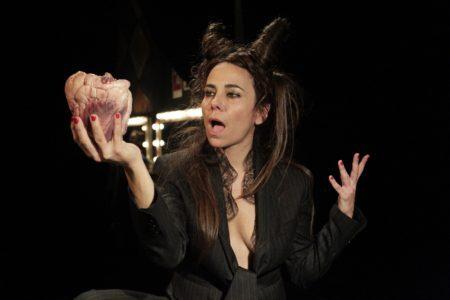 paula cohen em cena no espetáculo Carne de mulher