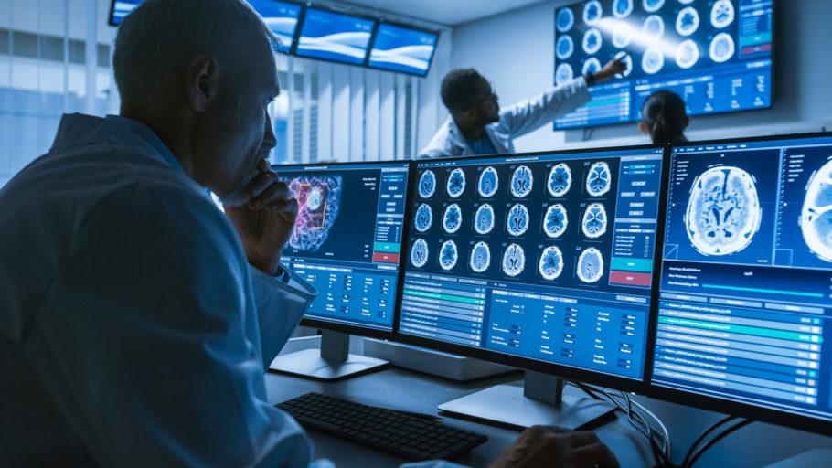 cientistas analisando imagens das atividade cerebrais