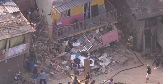 Mãe e filho estão sob escombros após casa desabar em Curicica