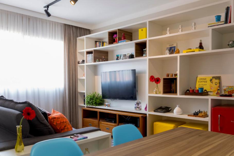 sala com estante decorada