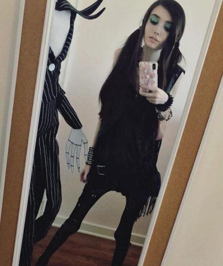 eugenia conney tirando uma selfie em frente ao espelho, é possível ver suas pernas extremamente finas