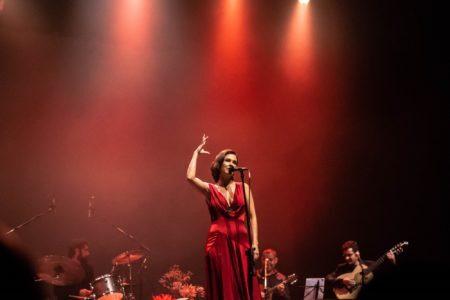 Marina de la riva no palco de vestido vermelho