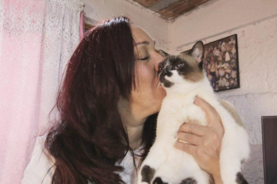 Simone beijando a gatinha Denise