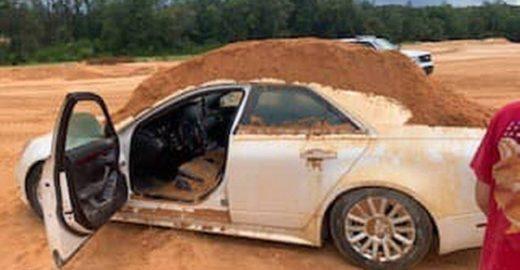 Homem é preso após tentar soterrar namorada com escavadeira