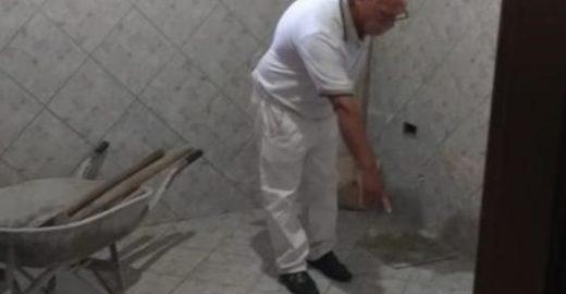 Após 24 anos, idoso mostra banheiro onde concretou mulher
