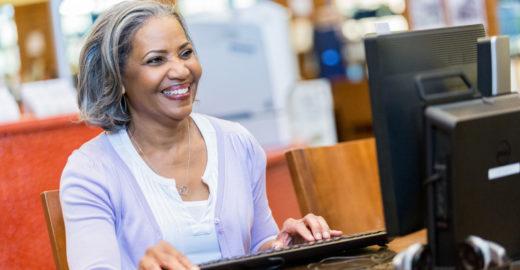 Projeto em SP oferece aulas gratuitas de tecnologia a idosos