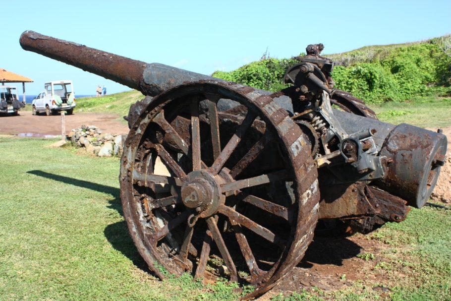 Canhões e outros objetos dos fortes são vistos em muitos lugares turísticos de Noronha