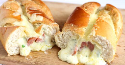 Pão de alho com calabresa e bastante queijo; veja a receita