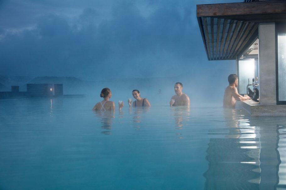 A Blue Lagoon é um spa de águas quentes com lagoas de tons azulados